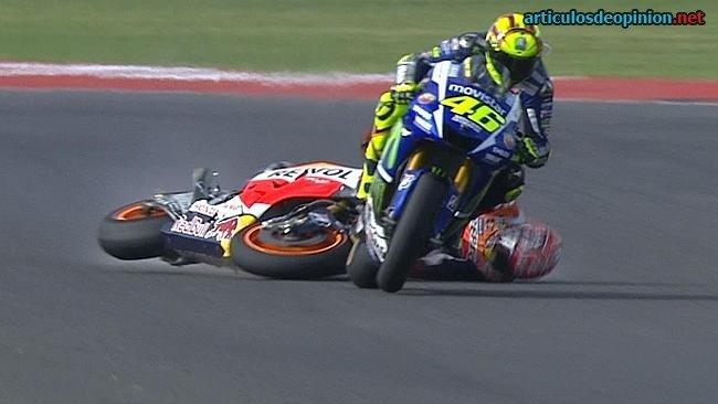 Rossi sigue tras derribar a Márquez